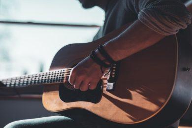 Homme qui fait de la guitare